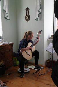 Lisa Schmidt an der Gitarre